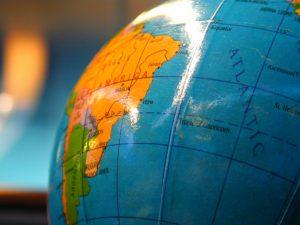 Especialização em Missões - Globo terrestre sobre mapa mundi