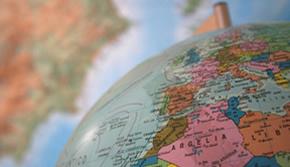 Globo terrestre sobre mapa mundi