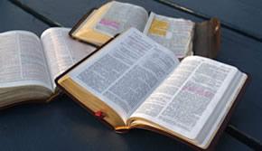 Três Bíblias