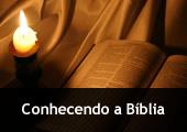 Luz de vela e Bíblia aberta