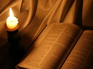 Bíblia e luz de vela
